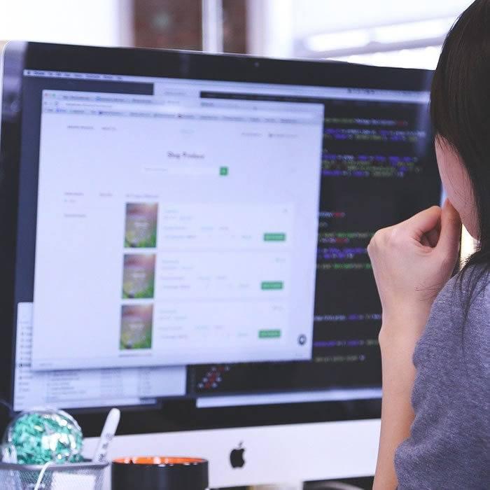 ragazza al computer mentre progetta impianti a verona