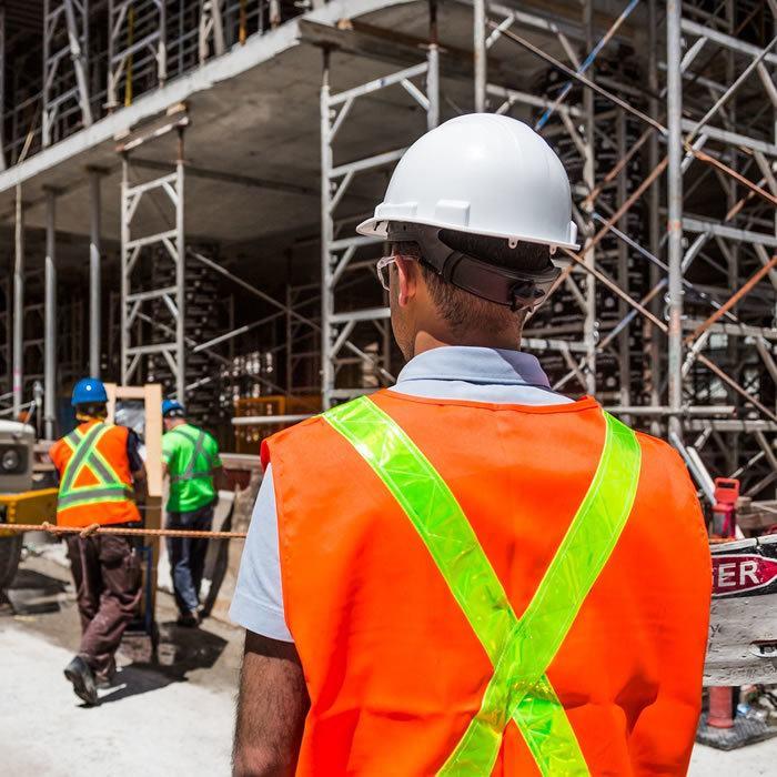 Capocantiere osserva lo sviluppo del lavoro - Sicurezza sui cantieri
